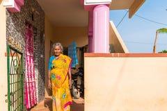PUTTAPARTHI, ANDHRA PRADESH, INDE - 9 JUILLET 2017 : Portrait d'une femme indienne pluse âgé Copiez l'espace pour le texte Photographie stock libre de droits