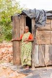 PUTTAPARTHI, ANDHRA PRADESH, INDE - 9 JUILLET 2017 : Portrait d'une femme indienne pluse âgé Copiez l'espace pour le texte vertic Image stock