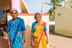 PUTTAPARTHI, ANDHRA PRADESH, INDE - 9 JUILLET 2017 : Portrait de deux femmes indiennes pluses âgé Copiez l'espace pour le texte Image stock