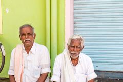 PUTTAPARTHI, ANDHRA PRADESH, INDE - 9 JUILLET 2017 : Portrait de deux hommes pluss âgé Copiez l'espace pour le texte Images libres de droits
