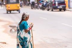 PUTTAPARTHI, ANDHRA PRADESH, INDE - 9 JUILLET 2017 : Une femme indienne pluse âgé sur une rue de ville Copiez l'espace pour le te Photo libre de droits