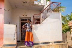PUTTAPARTHI, ANDHRA PRADESH INDIA, LIPIEC, - 9, 2017: Bezzębna indyjska kobieta Odbitkowa przestrzeń dla teksta Obraz Royalty Free