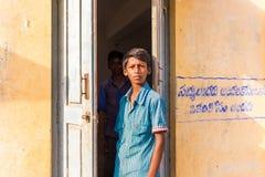 PUTTAPARTHI, ANDHRA PRADESH INDIA, LIPIEC, - 9, 2017: Portret Indiańska chłopiec Odbitkowa przestrzeń dla teksta fotografia royalty free