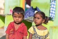 PUTTAPARTHI, 09, 2016: ANDHRA PRADESH INDIA, LISTOPAD - Indiańscy dzieci na ulicie Zdjęcie Royalty Free