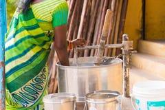 PUTTAPARTHI, 09, 2016: ANDHRA PRADESH INDIA, LISTOPAD - Przygotowanie ryżowa mąka w India Zakończenie Zdjęcia Royalty Free