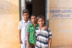 PUTTAPARTHI, ANDHRA PRADESH, INDIA - 9 LUGLIO 2017: Un ritratto di tre ragazzi indiani Primo piano Fotografie Stock Libere da Diritti