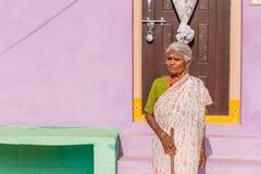 PUTTAPARTHI, ANDHRA PRADESH, INDIA - 9 LUGLIO 2017: Una donna indiana anziana al gradino della porta di una casa Copi lo spazio p Immagini Stock