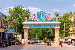 PUTTAPARTHI ANDHRA PRADESH, INDIEN - JULI 9, 2017: Båge-portar till staden Kopiera utrymme för text royaltyfri fotografi