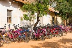 PUTTAPARTHI ANDHRA PRADESH, INDIEN - JULI 9, 2017: Cykelparkering Kopiera utrymme för text fotografering för bildbyråer
