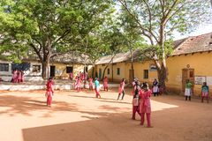 PUTTAPARTHI ANDHRA PRADESH, INDIEN - JULI 9, 2017: Grupp av indiska skolflickor Kopiera utrymme för text Royaltyfri Foto