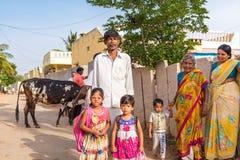 PUTTAPARTHI ANDHRA PRADESH, INDIEN - JULI 9, 2017: Indisk familj i en bygata Kopiera utrymme för text Royaltyfri Fotografi
