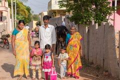 PUTTAPARTHI ANDHRA PRADESH, INDIEN - JULI 9, 2017: Indisk familj i en bygata Kopiera utrymme för text Royaltyfri Bild