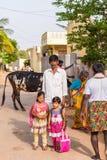 PUTTAPARTHI ANDHRA PRADESH, INDIEN - JULI 9, 2017: Indisk familj i en bygata vertikalt Royaltyfri Foto