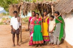 PUTTAPARTHI ANDHRA PRADESH, INDIEN - JULI 9, 2017: Indisk familj nära huset Kopiera utrymme för text royaltyfria foton