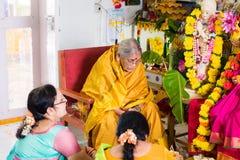 PUTTAPARTHI ANDHRA PRADESH, INDIEN - JULI 9, 2017: Indiskt be för kvinnor Kopiera utrymme för text Arkivfoto