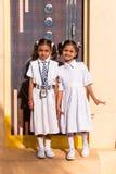 PUTTAPARTHI, ANDHRA PRADESH, INDIEN - 9. JULI 2017: Kleines indisches Mädchen zwei in einer Schuluniform vertikal Kopieren Sie Ra stockbild