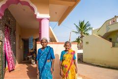 PUTTAPARTHI ANDHRA PRADESH, INDIEN - JULI 9, 2017: Stående av två äldre indiska kvinnor Kopiera utrymme för text royaltyfria bilder