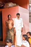 PUTTAPARTHI, ANDHRA PRADESH, INDIEN - 9. JULI 2017: Zwei indische Männer und Kinder Kopieren Sie Raum für Text vertikal Stockbilder