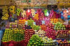 PUTTAPARTHI ANDHRA PRADESH - INDIEN - NOVEMBER 09, 2016: Frukt i den lokala marknaden av Indien Royaltyfri Fotografi