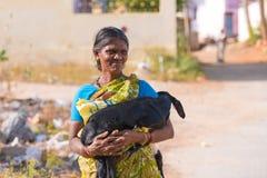PUTTAPARTHI ANDHRA PRADESH - INDIEN - NOVEMBER 09, 2016: Stående av en indisk kvinna med en get, utomhus kopiera avstånd Royaltyfria Bilder