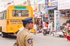 PUTTAPARTHI, ANDHRA PRADESH, LA INDIA - 9 DE JULIO DE 2017: Primer del oficial de policía en fondo borroso Copie el espacio para  foto de archivo