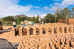 PUTTAPARTHI, ANDRA PRADESH, INDIA - JULI 9, 2017: Productie van Indische bakstenen De baksteen droogt Exemplaarruimte voor tekst Royalty-vrije Stock Afbeeldingen