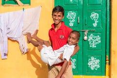PUTTAPARTHI, ANDRA PRADESH, INDIA - JULI 9, 2017: Vrolijke Indische kinderen Exemplaarruimte voor tekst stock fotografie