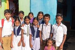PUTTAPARTHI, ANDRA PRADESH - INDIA - NOVEMBER 09, 2016: De Indische schoolkinderen stellen op de straat Royalty-vrije Stock Foto
