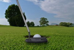 Putter e palla da golf Fotografie Stock Libere da Diritti