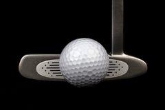 Putter e palla da golf di golf su un fondo nero Fotografia Stock Libera da Diritti