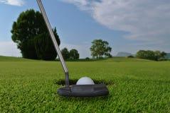 Putter en golfbal royalty-vrije stock foto's