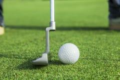 Putter stawia piłkę golfową robić dziurę Zdjęcie Stock