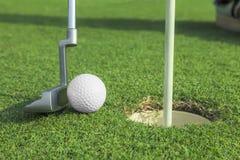 Putter stawia piłkę golfową robić dziurę Obraz Stock