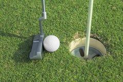 Putter stawia piłkę golfową robić dziurę Obrazy Stock