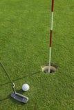 Putter stawia piłkę golfową robić dziurę Fotografia Stock