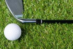 Putter- und Golfballkonzept auf grünem Gras lizenzfreies stockfoto