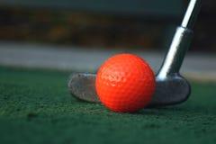 Putter y bola Imagen de archivo libre de regalías
