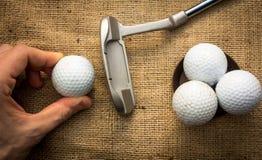 Putter y pelotas de golf Fotos de archivo libres de regalías
