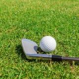 Putters i piłka na trawie Obrazy Stock