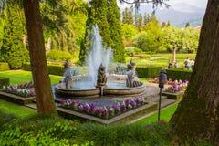 Putti喷泉看法在别墅塔兰托植物园里在Pallanza,韦尔巴尼亚,意大利 库存图片