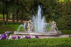 Putti喷泉看法在别墅塔兰托植物园里在Pallanza,韦尔巴尼亚,意大利 图库摄影
