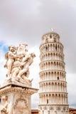 Putti springbrunn med det Pisa tornet i Italien royaltyfri foto