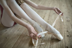 Putting on ballet shoes Royalty Free Stock Photography