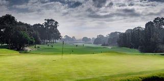 Putting green y panorama golfing del espacio abierto imagenes de archivo