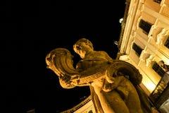 Putto staty framme av den Esterhazy slotten på natten Arkivbilder
