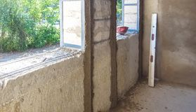 Putty των συμπαγών τοίχων στο εργοτάξιο οικοδομής στοκ φωτογραφία