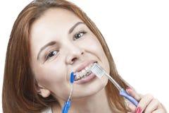 Putzen Ihrer Zähne mit Klammern Stockbild