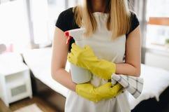 Putzfrau im weißen Schutzblech lizenzfreie stockfotos