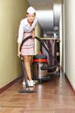 Putzfrau mit Staubsauger im Hotel Lizenzfreie Stockbilder
