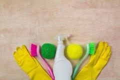 Putzzeug und Produkte auf hölzernem Hintergrund, Hausarbeitkonzept, Draufsicht mit Kopienraum stockfotos